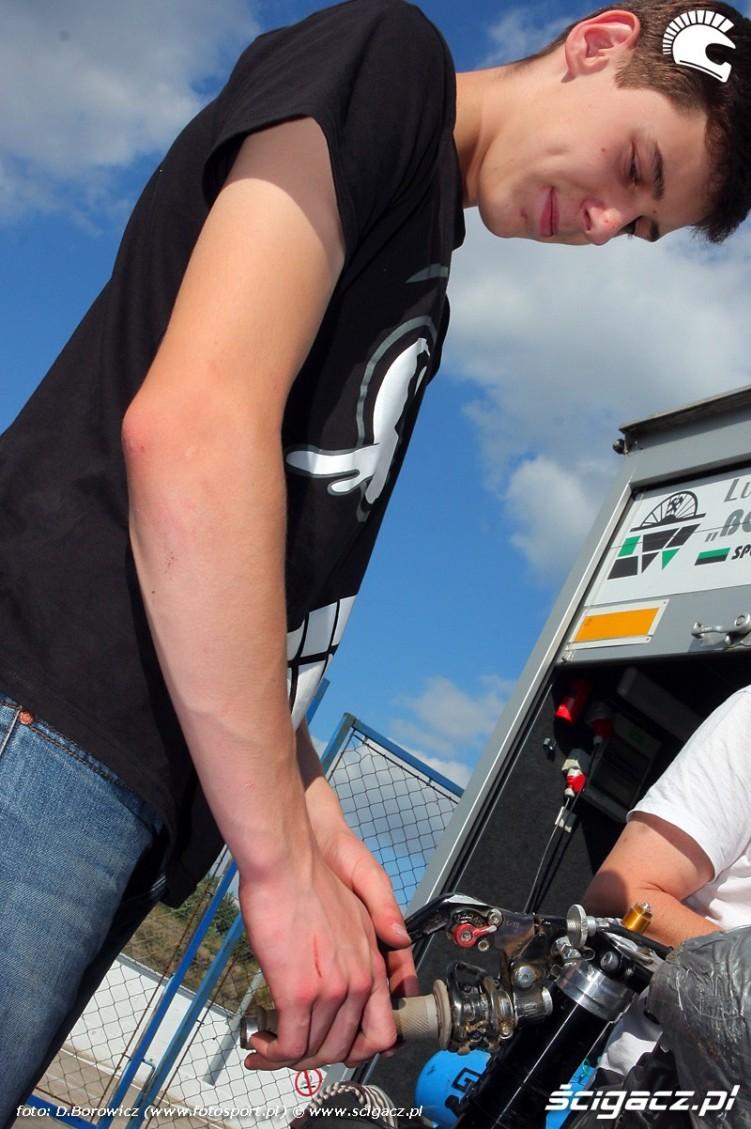 artur wielebski naprawia motocykl