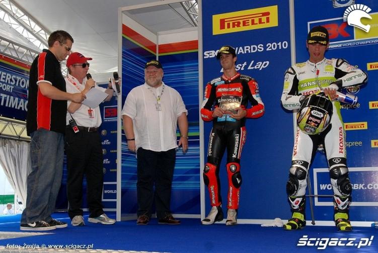 Maciej Lozinski wrecza nagrode za najszybsze okrazenie Brno2010