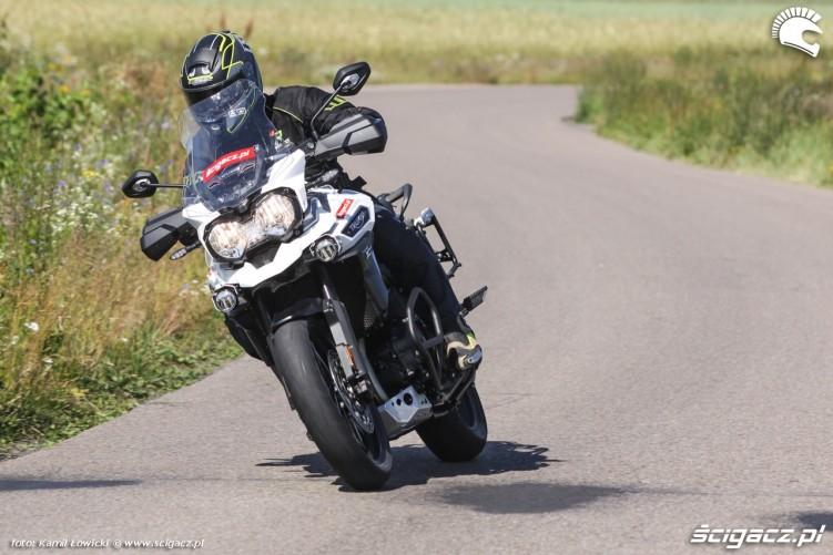 zakret w prawo Triumph Explorer XD