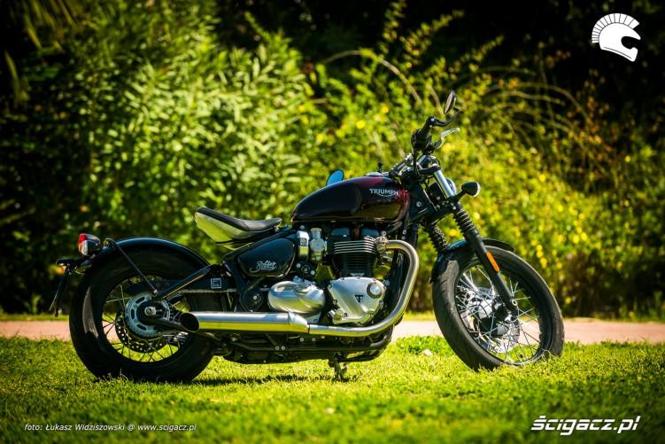 Triumph Bobber Bonneville 1200 z boku