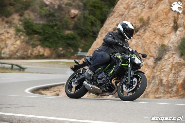 09 Kawasaki Z650 2020 skret lewo