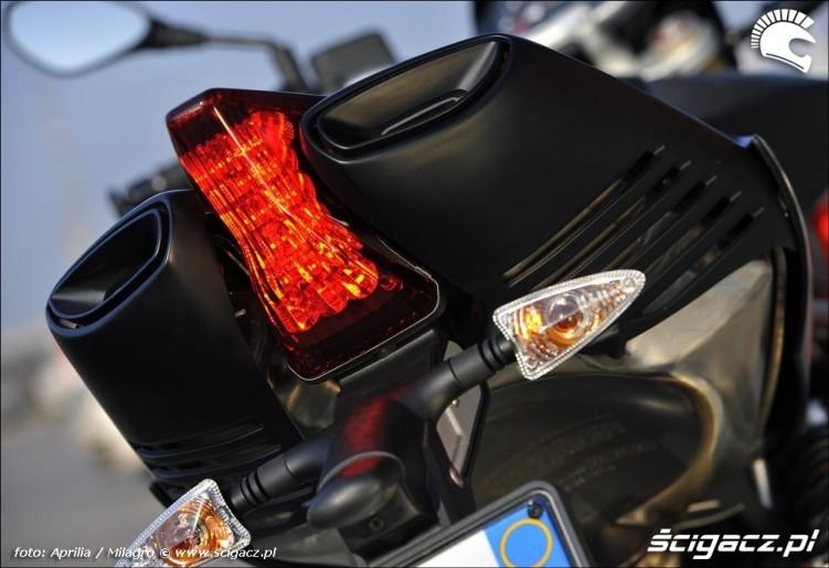 Aprilia Dorsoduro Factory tyl motocykla
