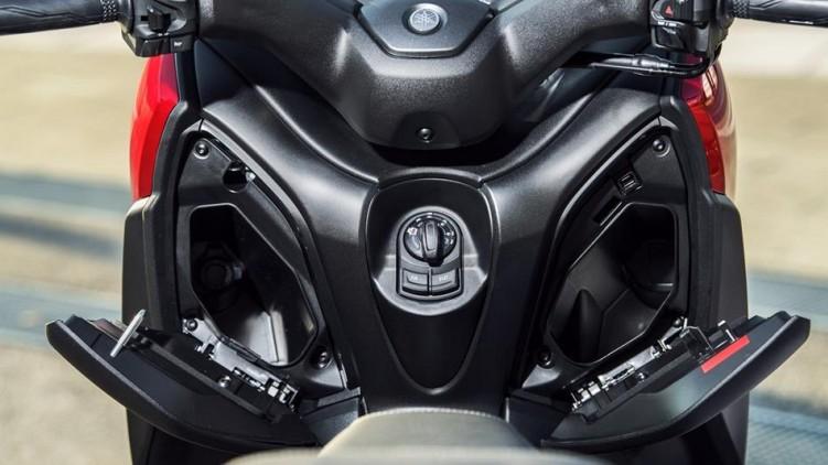 2018-Yamaha-XMAX-125-ABS-EU-Radical-Red-Detail-014