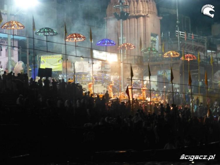 Waranasi nad Gangesem wieczorem