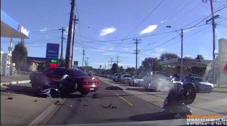 dwa motocykle kontra auto