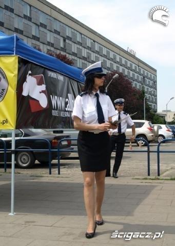 policjantka motocyklem bezpieczniej miedzy samochodami
