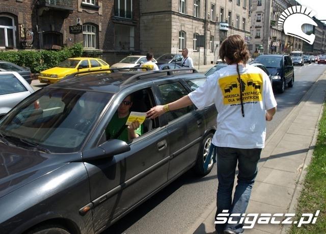 ulotki motocyklem bezpieczniej miedzy samochodami