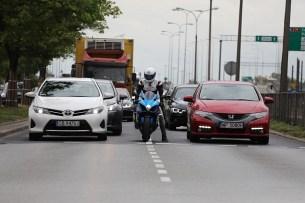 motocykl miedzy samochodami