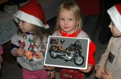 dzieci z domu dziecka z prezentami