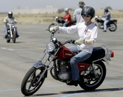 jazda motocyklem po placu