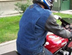 Kurtka redline crusher wyglad na motocyklu