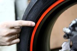 Ozdobne odblaskowe paski nie tylko poprawiaja widocznosc motocykla po zmierzchu ale tez kamufluja zadrapania na feldze