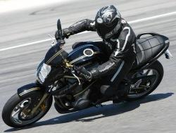 Kawasaki ER6 czarny na torze