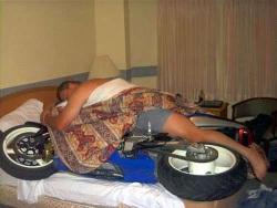 motocykl pod koldra sen