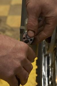 odkrecanie zabezieczen oski wymiana kola przedniego warsztat scigacz mg 0152