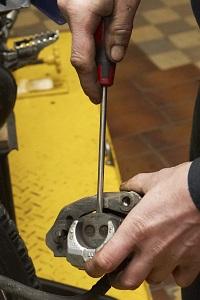 rozepchniecie zacisku hamulca wymiana kola z przodu warsztat scigacz mg 0168