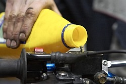 dolanie swiezego wymiana plynu hamulcowego motocykla warsztat scigacz mg 0205