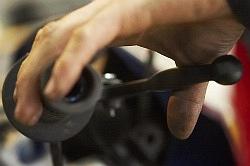 naciskanie hamulca wymiana plynu hamulcowego motocykla warsztat scigacz mg 0215