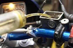 odessanie starego plynu wymiana hamulcowego motocykla warsztat scigacz mg 0202