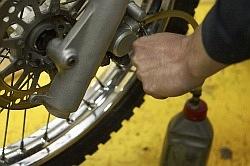 odkrecenie kalamitki wymiana plynu hamulcowego motocykla warsztat scigacz mg 0206