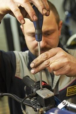 otwarcie zbiorniczka wymiana plynu hamulcowego motocykla warsztat scigacz mg 0197