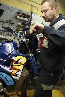 pompowanie hamulca wymiana plynu hamulcowego motocykla warsztat scigacz mg 0216