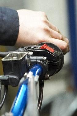 pompowanie klamka wymiana plynu hamulcowego motocykla warsztat scigacz mg 0213