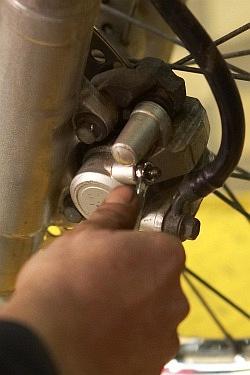 spuszczanie plynu z zacisku wymiana plynu hamulcowego motocykla warsztat scigacz mg 0207