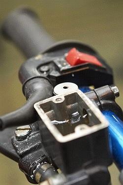 stary plyn w zbiorniczku wymiana plynu hamulcowego motocykla warsztat scigacz mg 0200
