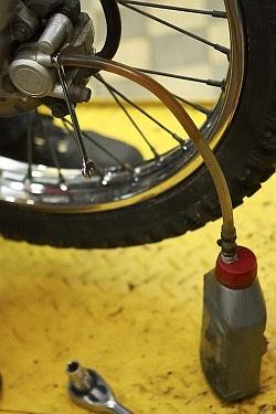 szczelnosc ukladu oprozniania wymiana plynu hamulcowego motocykla warsztat scigacz mg 0210