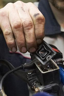 uszczelka wymiana plynu hamulcowego motocykla warsztat scigacz mg 0199