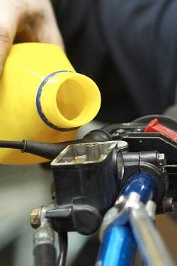 uzupelnienie plynu wymiana plynu hamulcowego motocykla warsztat scigacz mg 0211