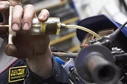 wyciagniecie starego plynu wymiana hamulcowego motocykla warsztat scigacz mg 0204