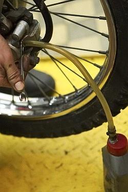 wypuszczanie plynu starego wymiana plynu hamulcowego motocykla warsztat scigacz mg 0209