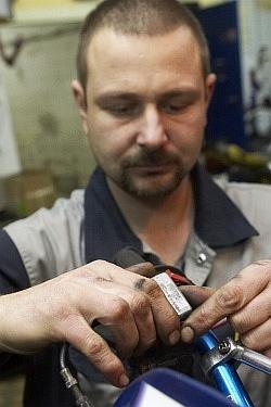 zdjecie pokrywy zbiorniczka wymiana plynu hamulcowego motocykla warsztat scigacz mg 0198
