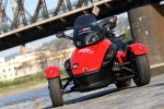 Can-am Spyder 990 na tle mostu