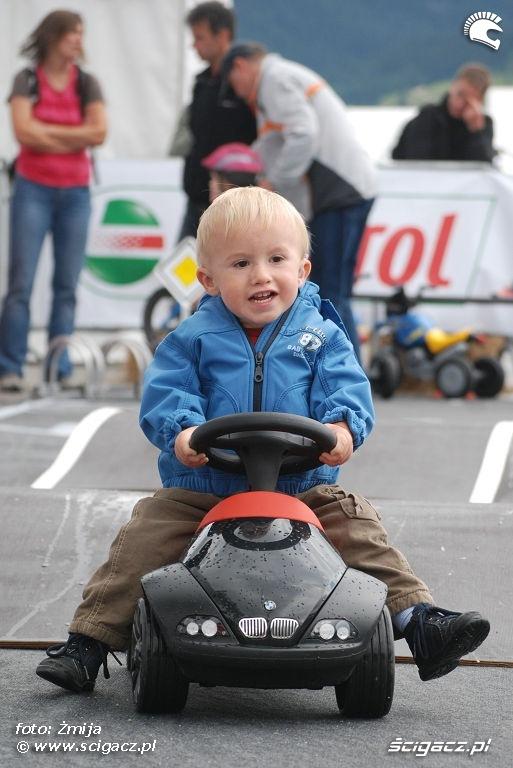 Dziecko samochodzik BMW