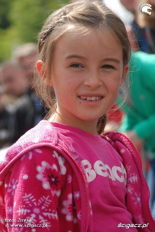 Dziewczynka w rozowej bluzie