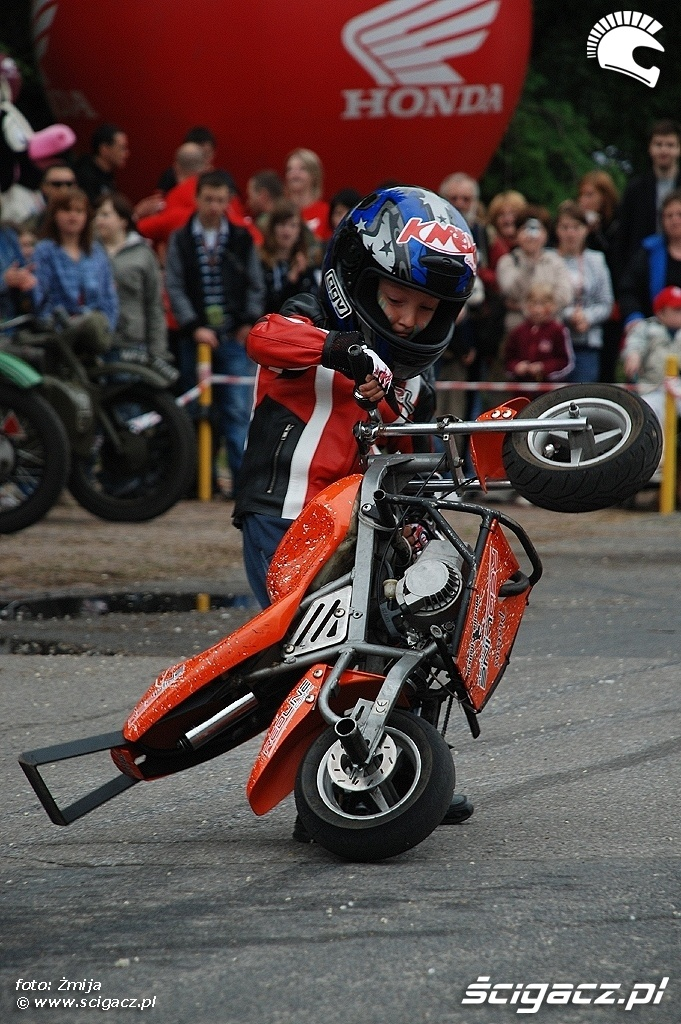 Piotrus stawianie motocykla na stelazu