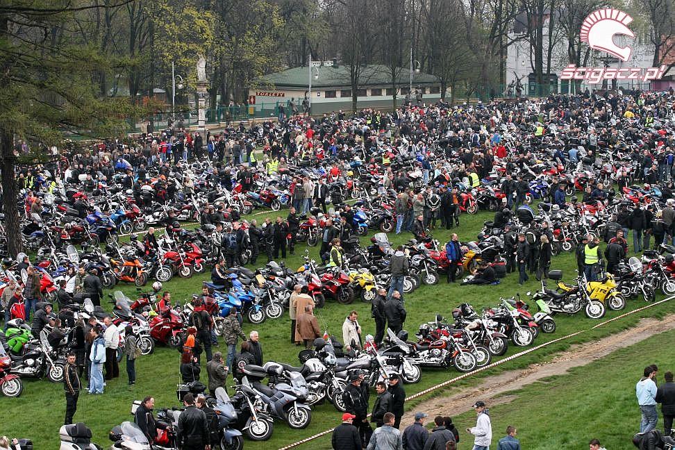Zdjęcia przed klasztorem uczestnicy otwarcie sezonu czestochowa 2008  otwar   -> Kuchnie Weglowe Używane Czestochowa