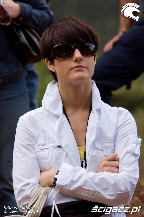 kobieta biala kurtka okulary