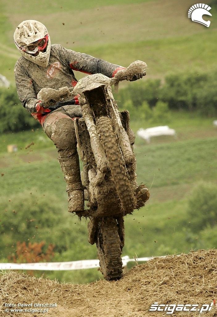 motocykl na szczycie podjazdu