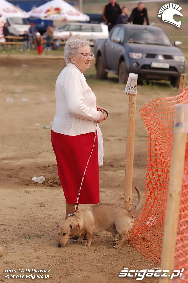 babcia kibicuje motocross