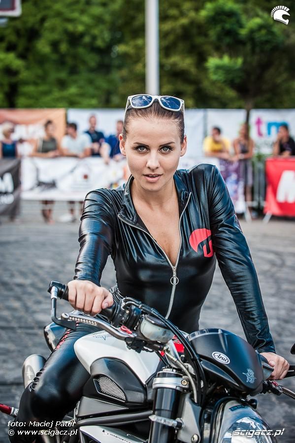 hostessa motorismo na moto