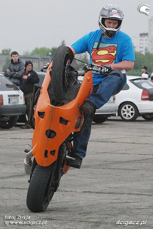 Beku stunt pokazy w wersji Superman