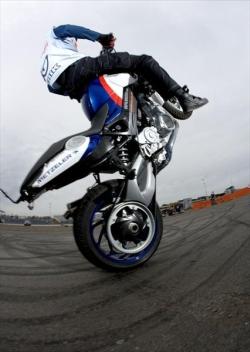 http://foto.scigacz.pl/gallery/temat_tygodnia/STUNT_JAZDA_NA_KRAWEDZI/Stunt_7_m.jpg