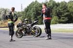 Szybki zawodnik i szybki motocyk