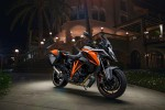 KTM Super Duke 1290 GT w mroku