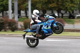 suzuki gsxr wheelie