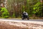 multistrada z lasem w tle